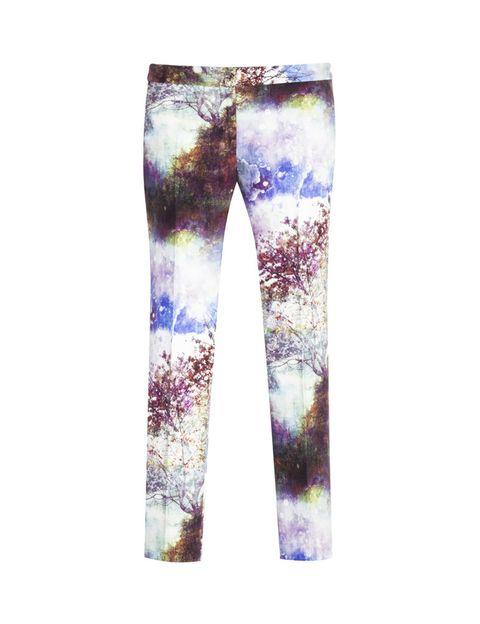<p>Arriesga con un pantalón muy estampado, para un look diferente. <strong>Son de Zara y cuestan 39,95 €.</strong></p>