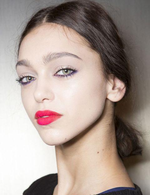 <p><strong>Costello Tagliapietra</strong> propone un look vistoso, con labios coloreados de rojo en los extremos y de fucsia en el centro del labio para un efecto bicolor de impacto. Además, la línea del párpado inferior se colorea de violeta.</p>