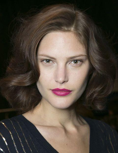 <p>El look de <strong>Diane Von Furstenberg</strong> se centra en las medias melenas rizadas con labios en rosa fucsia.</p>