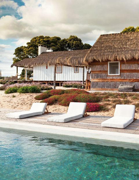 <p>La zona de la piscina decorada con un estilo hippie chic: el lugar perfecto para el dolce far niente en plena naturaleza.</p>