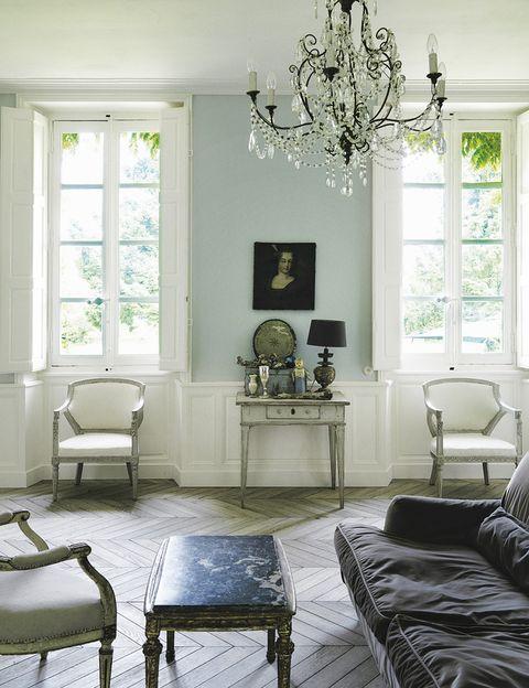 <p>En el salón conviven un moderno sofá diseñado por Piero Lissoni para De Padova, y piezas del s. XVIII, como el retrato de una dama y el chandelier italiano. En la mesita, barómetro y muñeco antiguos.</p>