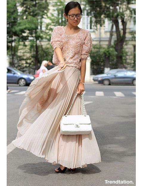 <p>Elegancia y romanticismo, esto es lo que nos transmite el delicado outfit de Li, con el color rosa maquillaje como total protagonista y una mezcla de texturas sorprendente; las tabillas de la falda contrastan con las rosas en relieve del top, ambos de Zara.</p>
