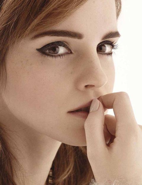 <p>Es de noche y Londres desborda glamour en todo salvo en la cantina mexicana que Emma Watson (París, 1990) ha elegido para cenar. El lugar tiene una atmósfera afterwork especial. Las ventanas, cubiertas de escarcha, brillan adornadas con llamativas luces de colores. Y la barra rebosa de gente. No es precisamente el sitio en el que esperarías conocer a la estrella de la saga cinematográfica Harry Potter. Sin embargo aquí estamos, compartiendo fajitas de pollo y tomándonos un par de mojitos bastante aceptables. Watson señala detrás de la barra y declara orgullosa: «Si os fijáis, ahí arriba, en esas pizarras está mi nombre. Es por los chupitos de tequila». Al preguntarle por qué ha decidido quedar en este restaurante, sonríe. «Pensaba que así os mostraría la dicotomía de mi vida». Con 23 años Emma es una flamante estrella de Hollywood cuya fortuna se estima en más de 30 millones de euros. También es un icono de moda que ha protagonizado titulares en los Globos de Oro por llevar un vestido rojo Dior Haute Couture con espalda al aire ¡sobre unos pantalones! Y además es la estudiante universitaria más famosa de Estados Unidos. En el late show de David Letterman contó la vergüenza que pasó durante su segundo año en la Universidad Brown, cuando se equivocó en clase al pedir un condón (rubber en inglés americano significa condón mientras que en inglés británico es una goma). Emma acaba de terminar un estricto curso de teoría crítica literaria. «Me gustaría decir que me encanta la teoría de la estética de Kant –dice mientras se coloca un mechón de pelo detrás de la oreja–, pero estaría mintiendo y sonaría muy pretencioso». Se confiesa más entusiasta de las series House of Cards y Friday Night Lights y de la cantante Patti Smith, con la que –haciendo hincapié aún más en la dicotomía de la que hablaba– mantiene una inusual amistad por correo electrónico.</p><p>Cuando en junio se licencie en Filología Inglesa, Emma tendrá que enfrentarse al problema que acecha a todos los reci