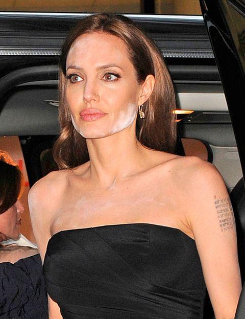 <p>A <strong>Angelina Jolie</strong>, los polvos sueltos le juegan una mala pasada... ¿Cómo evitarlo? En primer lugar, debes saber que este tipo de producto blanquea si te hacen una foto con flash. Así, puedes pensar que tu maquillaje está perfectamente difuminado... hasta que te ves en una foto. Para evitarlo, asegúrate de que están perfectamente extendidos o prescinde de ellos. De la misma manera, debes evitar los productos con protección solar, porque el flash de las fotografías también rebota en este tipo de producto.</p>
