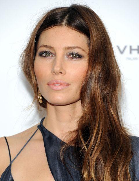 <p>El colorete es la clave en el <i>look</i> de la actriz estadounidense, que ilumina su mirada con algo de rímel y sombra en tonos grises.</p>