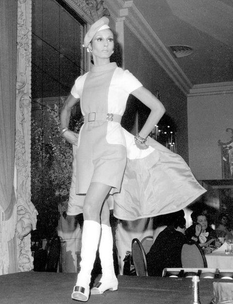 <p><strong>Naty Abascal</strong>, una de sus mayores musas, en una foto de archivo de un desfile de 1968.</p>