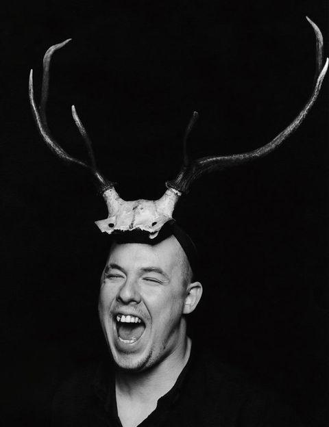 <p>Poético y radical, gótico y romántico, agresivo y fascinante, el universo de Alexander McQueen (1969-2010) se concentra en las diez salas de <strong>'Savage Beauty'</strong>: 200 piezas que radiografían al diseñador inglés desde su primera colección, en 1992, hasta su muerte, hace ya cinco años. Todo, en una galería que consideraba 'intrigante e inspiradora'.</p>