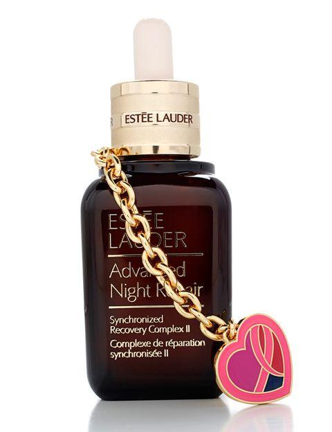 <p>'Advanced Night Repair' (106 €), de <strong>Estée Lauder</strong>. El importe íntegro de esta edición especial con 'charm' se destinará a la investigación médica sobre el cáncer de mama.</p>