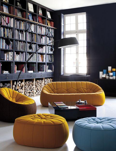 <p>Muebles de madera negra combinados con asientos de inspiración marroquí, mod. Ottoman, desde 2.390 € el sofá y 660 €/cu los pufs, de Ligne Roset. </p>
