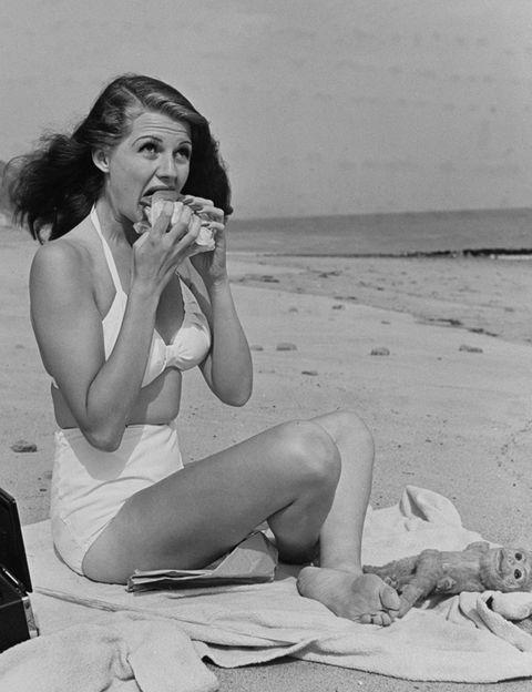 <p>Nació en el barrio neoyorquino de Brooklyn en 1918 y fue inscrita en el registro civil como <strong>Margarita Carmen Cansino</strong>. Su padre, Eduardo, era un bailarín y actor sevillano que había dejado atrás su pueblo (Castilleja de la Cuesta) y su madre, Volga Hayworth, era bailarina del Ziegfeld Folies.</p>