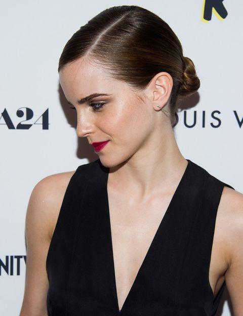 <p>Un moño de acabado pulido es una opción perfecta, como propone <strong>Emma Watson</strong>. ¿Cómo imitarla? Comienza marcando la raya a un lado con un peine y extiende un gel fijador desde la raíz. Haz un moño bajo y sujétalo únicamente con unas cuantas horquillas. Por último, si quieres evitar que salgan pelitos sueltos, pulveriza un poco de laca en las manos y peina la melena con las palmas abiertas.</p>