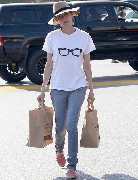 <p>Cuando no esta subida a unos altos tacones, <strong>Diane Kruger</strong> apuesta por básicos como una camiseta blanca con print de gafas, vaqueros, sombrero y lo mejor del look, sus alpargatas.</p>