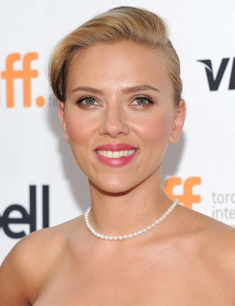 <p>A menudo, Scarlett apuesta por looks que recuerdan al Hollywood clásico y que a la actriz le sientan coomo un guante. Aquí, combina sombras marrones metalizadas con labios y mejillas en rosa. Como peinado, un recogido con tupé de estilo retro. </p>