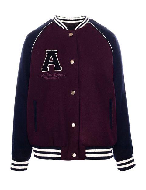 <p>Con el burdeos como color predominante, esta chaqueta de inspiración 'college' es reversible y ll.a encontrarás en Pull & Bear (45,99 €).</p>