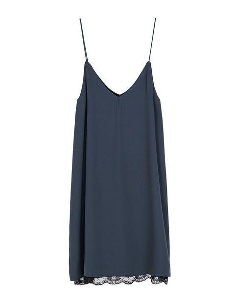 <p>Vestido azul y negro lencero de Zara, 22,99 €.</p>