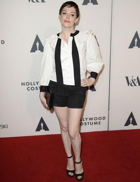 <p>La actriz <strong>Rose McGowan</strong> confía en el mismo juego de color pero no acierta con su camisa de volantes y lazada desatada, shorts, sandalias al tobillo y cartera.</p>