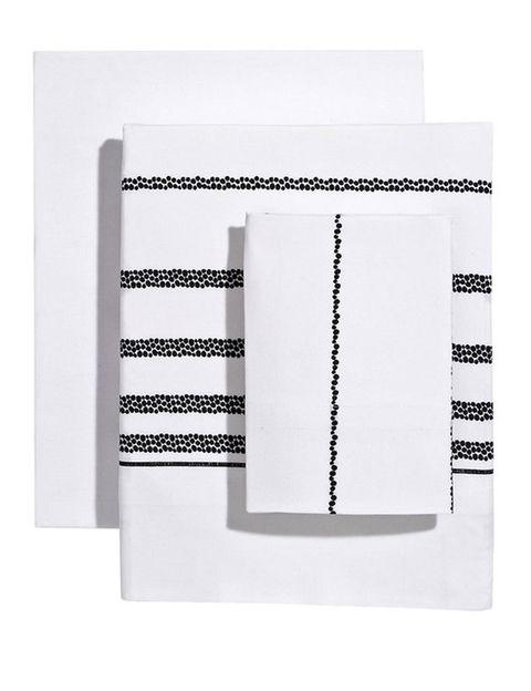 """<p></p><p>En verano hay que optar por sábanas ligeras y fresquitas, como este junto en blanco con rayas negras- Elegante y perfecto para descansar, (desde 39,99€), de <a href=""""http://www.elcorteingles.es/tienda/hogar/browse/productDetail.jsp?productId=A10266325&categoryId=999.1329134028&selectedSkuColor=135.16&fromAjax=true&cm_mmc=elle%20_%20contenedores-_-acuerdo%20_%202014-08-11%20_%20hogar-_-noticia%20_%20deco-_-ropa%20cama%20y%20bano"""" title=""""Reig martí"""" target=""""_blank"""">Reig Martí</a>.</p>"""