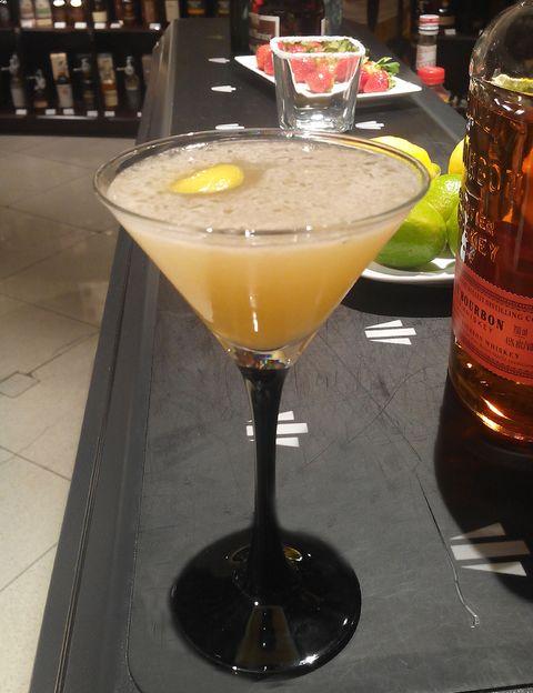 <p>Al parecer, fue invención de un mayordomo inglés, Eliott Stubb, que lo elaboró por primera vez en Chile. A la receta que te contamos puedes añadirle clara de huevo, y conseguirás una textura más aterciopelada.</p><p>1. En una coctelera vierte 5 cl de zumo de limón, 1 cl de azúcar líquida y 5 cl de bourbon Bulleit (si lo prefieres, puedes emplear whisky escocés).</p><p>2. Añade hielo en abundancia y bate con energía.</p><p>3. Los colamos antes de servirlo.</p><p>4. Lo perfumamos con corteza de limón, y la tiramos dentro.</p><p>5. Le damos las gracias al Sr. Stubb, brindamos por él, y disfrutamos de una copa deliciosa.</p>