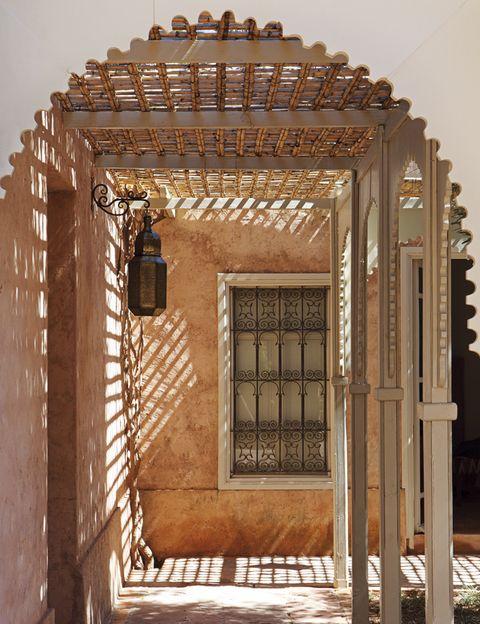 <p>Los corredores de madera con sus techos de bambú trenzado en torno a los patios, restaurados por Victoria Melián.&nbsp;</p>