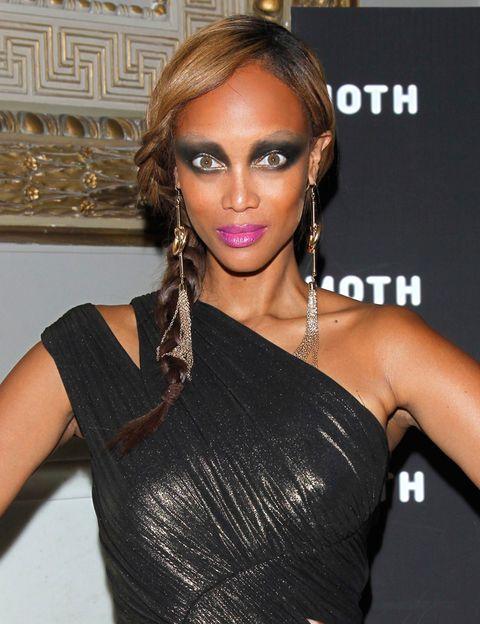 <p><strong>Tyra Banks</strong> se pasa con el maquillaje de ojos en este look... Para evitarlo, recuerda esta regla de oro: nunca apliques sombra oscura en el párpado fijo. </p>