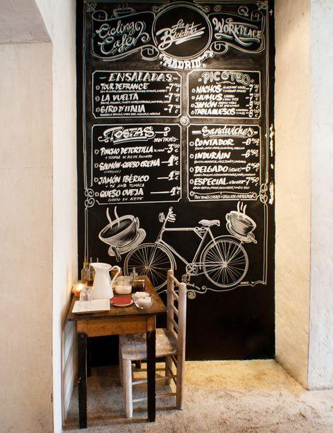 <p>Como confiesan sus dueños, este espacio, mitad <i>cycling</i> café, mitad <i>workplace,</i> nace de la pasión por las bicis, el arte y la cafeína. Es un lugar de encuentro para amantes de las dos ruedas en el que disfrutar de un bocado fresco o un buen <i>gin-tonic.</i> Visita su galería especializada en arte urbano. Plaza de San Ildefonso, 9, Madrid.</p>