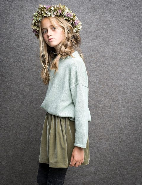 "<p>Con jersey en tono verde agua y falda de terciopelo oliva, de <a href=""/edicion/gallery/729740/(offset)/Labubé"" title=""Labubé"" target=""_blank"">Labubé</a>.&nbsp;</p>"