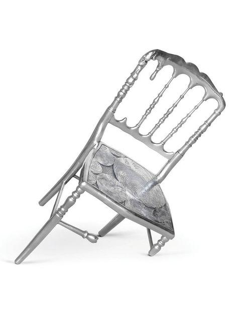 <p>No le des más vueltas, es así. El surrealismo ha inspirado a Mario Costa en esta silla de belleza imperfecta, para <strong>Boca do Lobo.</strong> ¡Y se sostiene en pie!</p>