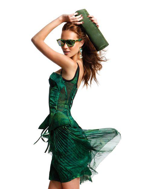 <p>De <strong>Bottega Veneta</strong>, cartera de<strong> Ursula Mascaró,</strong> pendientes de<strong> Susan Suell</strong> y gafas de sol de <strong>Oakley.</strong></p>