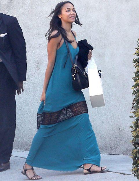<p>Nos encanta este vestido que luce&nbsp;<strong>Zoe Saldana</strong> en azul con detalle de encaje en color negro, a juego con sus accesorios.&nbsp;</p>