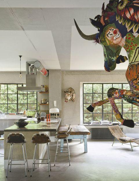 <p>Encimera de mosaico diseñada por Lionel Jadot; taburetes, de Charlotte Perriand; banco de gimnasia recuperado; esculturas de animales en las paredes, de Frederique Morrel.</p>