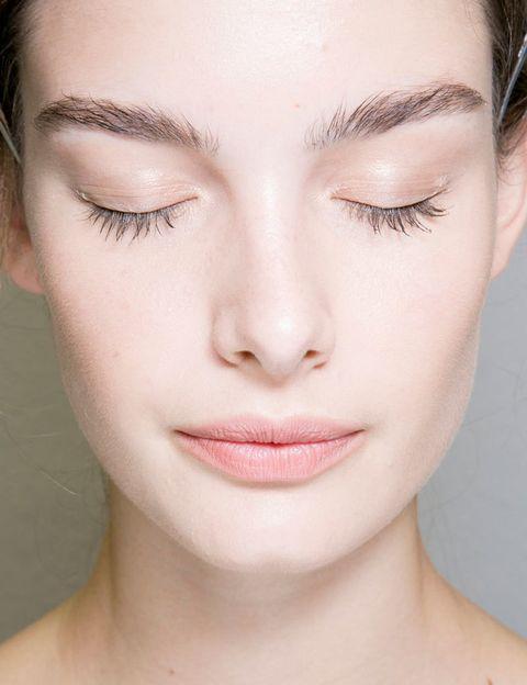 <p><strong>Cierto.</strong> Una de las causas del acné son precisamente los cambios hormonales, que estimulan a las glándulas sebáceas haciendo que produzcan más grasa. Pues bien, con la dosis de hormonas de las píldoras actuales, se produce una estabilidad hormonal que puede ayudar a mejorar el acné y no es extraño que los dermatólogos las prescriban para el tratamiento del acné.</p><p></p>