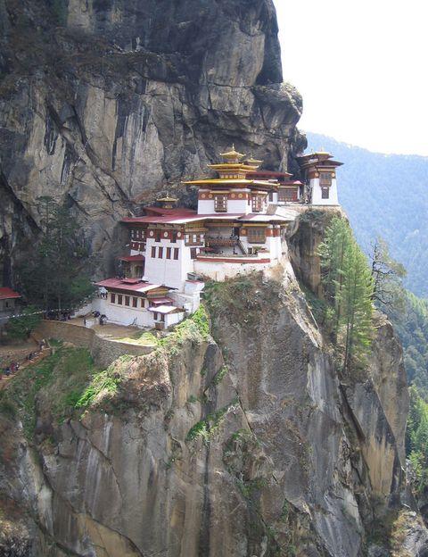 """<p>Este pequeño país del Himalaya no mide su riqueza a través del PIB, sino en términos de Felicidad Interior Bruta. Su religión mayoritaria es el budismo, y aquí encontrarás templos tan impresionantes como el 'Nido del Tigre', un monasterio a más de 3.000 metros de altitud. Eso sí, debes sabes que el turismo en Bután tiene ciertas restricciones: deberás abonar una tasa de unos 200 € al día que incluyen alojamiento y transporte y contratar tu viaje a través de una de las agencias de viajes autorizadas por el Gobierno. Consulta más detalles en la agencia de viajes Godwana (<a href=""""http://godwana.es/"""" target=""""_blank"""">godwana.es</a>).</p>"""