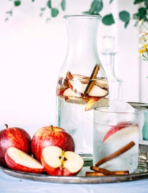 <p>Antes de nada, parte en rodajas una manzana y prepara dos palitos de canela para mezclarlos con el agua. Está fórmula es similar a la del agua con limón, ya que ambas aceleran el metabolismo, ideal si nuestro objetivo es bajar de peso.</p>