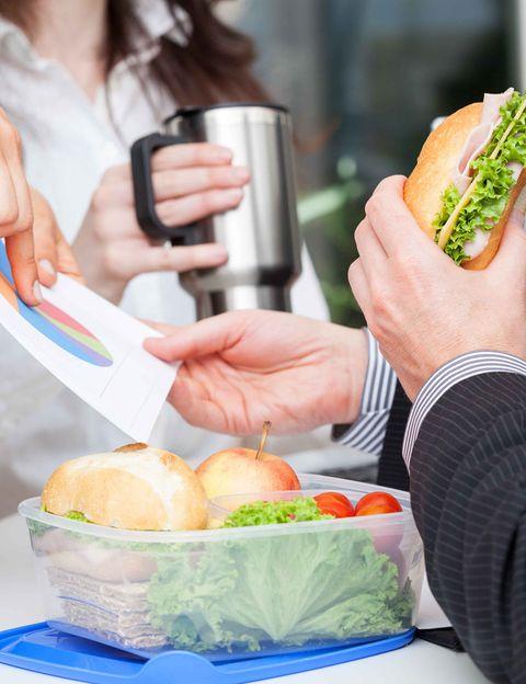 """<p>""""Los alimentos más adecuados para elaborar un tupper son aquellos que utilizamos normalmente en nuestra cocina diaria"""", dice Álex Pérez. <strong>""""Una base de farináceo: pasta, arroz, patata o legumbre, junto con verdura cocida o cruda y algo de proteína</strong> animal o algún sucedáneo. A partir de aquí, podremos jugar y realizar miles de combinaciones para conseguir una alimentación sabrosa y variada"""", recomienda. <strong>""""Evitaremos aquellos alimentos o preparaciones demasiado cargadas de grasas o azúcares simples</strong>. Las comidas pesadas o demasiado copiosas pueden afectar al rendimiento laboral o darnos pesadez de estómago"""", añade.</p><p></p>"""
