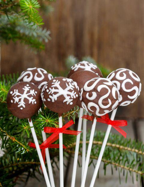 <p>No se trata de que destierres los dulces navideños por completo, pero sí de que los distribuyas racionalmente. El aporte de calorías tiene que ser mayor por la mañana que antes de irse a dormir para que el cuerpo tenga tiempo a lo largo del día a quemarlas. Por ello, si quieres disfrutar de los mazapanes y el turrón, que sea en la comida y no en la cena.</p>