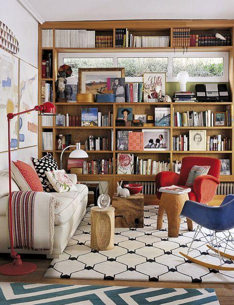 <p>&quot;Uno de los elementos que le aportan al salón su estilo es la estantería de roble, diseñada por mí y realizada a medida alrededor de las ventanas. Es muy agradable cuando la luz del día se filtra a través de las aberturas. Las alfombras de The Rug Company, los textiles, la colección de cojines, incluyendo el pequeño con una rosa que un amigo me trajo de la tienda de Jim Thompson en Tailandia... son elementos fáciles de utilizar porque puedes cambiarlos con las temporadas y aportan un resultado brillante&quot;.</p>