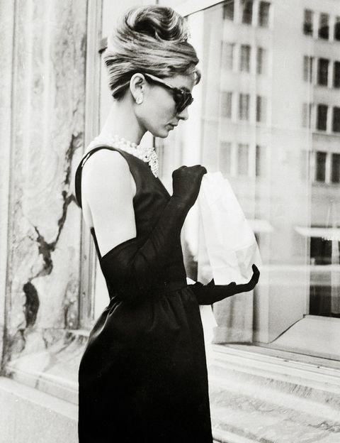 <p>¿Quién no ha soñado alguna vez con convertirse en Audrey Hepburn y desayunar frente al escaparate de Tiffany &amp; Co? Ahora puedes hacerlo de verdad en la tienda que la firma de joyería tiene en la 5ª Avenida &nbsp;junto a la Trump Tower. También puedes visitar la fachada del apartamento en la que vivía el personaje de Audrey en el 169 de East 71st Street.</p>