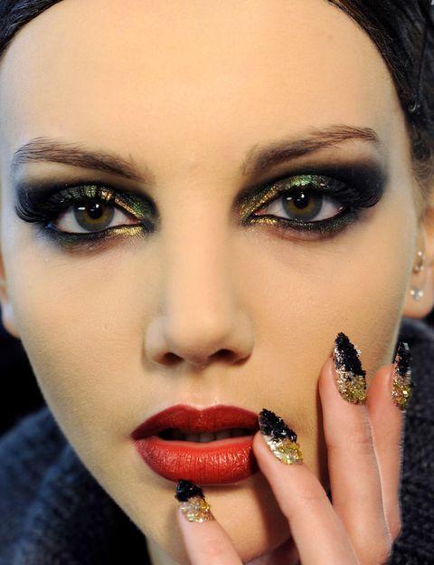 <p>No te lo creas si te dicen que el rojo de labios no está hecho para todas las mujeres. El secreto está en los matices. Si tu piel es pálida, opta por los cereza; si tu piel es aceitunada, por un rojo fuego; si eres morena, un rojo profundo… Eso sí: si vistes de rojo, no elijas a juego el pintalabios.</p>