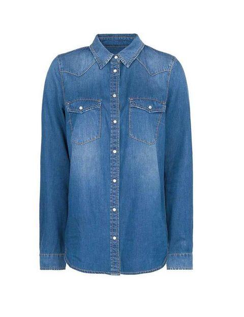 <p>La camisa vaquera se convierte en nuestro primer aliado de esta galería. Con botones nacarados, ésta la encontrarás en <strong>Mango</strong> (29,99 €).</p>
