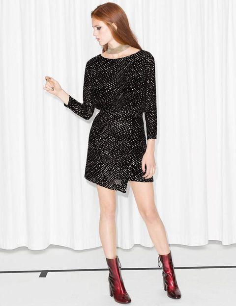 <p>Modelo con falda asimétrica y detalles dorados de<strong> &amp; Other Stories</strong>, 135 €.</p>