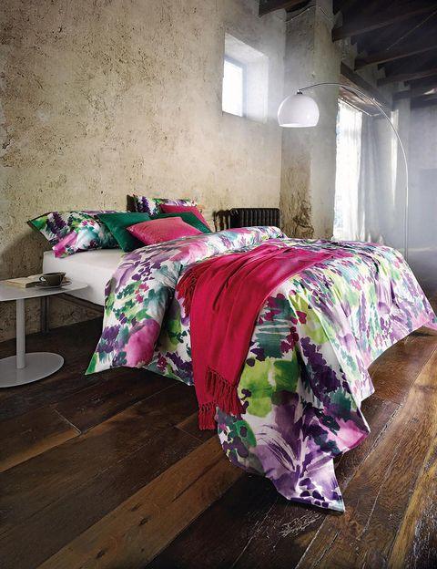 <p> Pon un toque de color, rompe con lo establecido y atrévete con las mezclas más optimistas. Tu casa es solo tuya y tú decides los contrastes que quieres crear. Viste tu hogar con los textiles más vibrantes de Privium.<br />Juego de funda nórdica Calatea (para cama de 150 cm, 125 €). El plaid es el modelo Natur (130 x 170 cm, 39 €) y los cojines, modelo Year, cuestan 45 € c/u.</p>