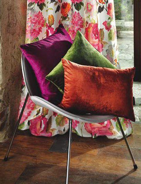 <p>Unos cojines de terciopelo como estos (en 9 colores y dos tamaños; desde 25 €) son el complemento perfecto a una cortina de flores como el modelo Jungle (de 140 x 270 cm, 79 €).</p>