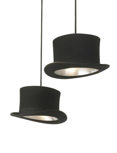 """<p>Estas chisteras son las lámparas <i>Sombrero de copa</i>, 41,50 €/cu, en <a href=""""http://achica.es"""" target=""""_blank"""">achica.es</a>.</p>"""
