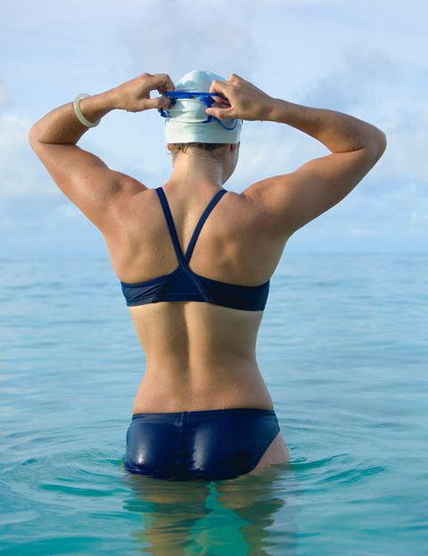 """<p>Practicar las variedades de <strong>nado a espalda, crowl y braza involucrará a un mayor número de músculos</strong>: abdominales, bíceps y tríceps, glúteos, poplíteos, y cuádriceps. Pero siempre te proporcionará músculos largos y estilizados.&nbsp;<strong>Psst.</strong> Si tu técnica de natación no es buena, toma clases para aprender bien estos estilos y evitar posibles lesiones. <strong>Complemente 10</strong>. Y si quieres aumentar el trabajo de tonificación muscular y motivarte con una sesión de ejercicio acuático en grupo, <strong>te recomendamos las clases de Adaptativ Aqua</strong>, en las que aprovecharás el bordillo para ejercitar tus brazos y trabajar el tren inferior. Con &nbsp;esta actividad acuática también """"desarrollas la coordinación, el ritmo y la agilidad"""", dice el <a href=""""http://www.go-fit.es"""" target=""""_blank"""">GO fit</a>.</p><p>&nbsp;</p>"""
