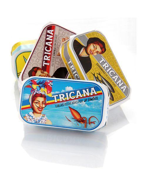 """<p>Con tres marcas a sus espaldas (Tricana, Minor y Prata do Mar), la <strong>Conserveira de Lisboa</strong> apuesta por una imagen colorida y con reminiscencias <i>vintage</i>. Los responsables, es el estudio de diseño <a href=""""http://weareboq.com/"""" target=""""_blank"""">we are boq</a>&nbsp;que se basan en las imágenes originales de su producto para generar un diseño actual y acorde a nuestro tiempo.</p>"""