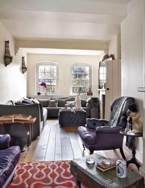 <p>Los tonos azulados de los sillones, junto a la madera oscura, dan calidez a un salón en el que se respira la personalidad del artista.</p>