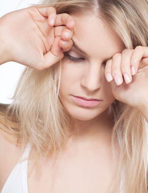 """<p>Cuando estás depre no tienes ganas de nada, ni de sexo. Según los expertos, <strong>la depresión y otros trastornos emocionales provocan un desequilibrio en los neurotransmisores</strong> del cerebro que, además de abatimiento y fatiga, puede provocar diversos problemas sexuales: una libido baja en la mujer y problemas de erección en el hombre. Además, los medicamentos antidepresivos también tienen un efecto negativo en tu apetito sexual. <strong>Qué hacer. Lo primero, consultar el problema con tu médico.</strong> Lo segundo, intentar subir tu ánimo, tu tono vital y tu libido generando energías. Tan fácil como hacer ejercicio. """"El <strong>yoga, el pilates e incluso el ejercicio hipopresivo son excelentes para mejorar el tono vital</strong> y el nivel de energía de las personas con depresión, lo que además repercute positivamente en su vida sexual"""", dice Susana Vega, de <a href=""""http://www.cdmetropolitano.com/madrid/mcm-evoluzion"""" target=""""_blank"""">MCM Evoluzión</a>.&nbsp&#x3B;</p>"""