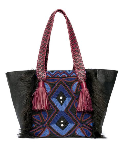 <p>De estampado geométrico en azul y rojo, con borlas, de <strong>Antik</strong> <strong>Batik</strong> (261 €).</p>