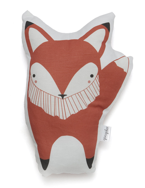 """<p>Cojín de tela con forma de zorro de <a href=""""http://www.piamakers.com/index.php/little-ones/orange-fox-pillow.html?___store=es&amp;___from_store=default"""" title=""""Pia and the makers"""" target=""""_blank"""">Pia ans the makers</a> (26 €).</p>"""