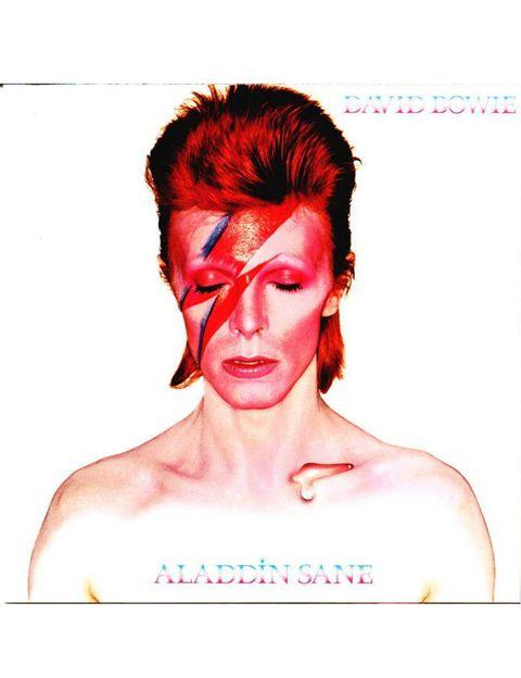 """<p>El mánager de Bowie quiso retar a la discográfica RCA a ver si iban en serio con Bowie, que por entonces tenía 26 años, y pidió a un fotógrafo de aúpa: Brian Duffy. Duffy había colaborado con Elle Francia, 'Harper's Bazaar', 'Esquire' y 'The Observer', entre otros medios, y formaba parte de la 'santísima trinidad' de fotógrafos que retrataron la Inglaterra de los 60, junto con David Bailey y Terence Donovan. El maquillaje es obra de Pierre La Roche, que también haría el del álbum 'Ziggy Stardust' y el del filme 'The Rocky Horror Picture Show"""". Duffy hizo numerosas tomas, cabeza arriba, abajo, de lado, frontales… La foto original se conserva en el Victoria & Albert Museum de Londres y está valorada en 3,2 millones de euros. </p>«/><figcaption> <br>El mánager de Bowie quiso retar a la discográfica RCA a ver si iban en serio con Bowie, que por entonces tenía 26 años, y pidió a un fotógrafo de aúpa: Brian Duffy. Duffy había colaborado con Elle Francia, 'Harper's Bazaar', 'Esquire' y 'The Observer', entre otros medios, y formaba parte de la 'santísima trinidad' de fotógrafos que retrataron la Inglaterra de los 60, junto con David Bailey y Terence Donovan. El maquillaje es obra de Pierre La Roche, que también haría el del álbum 'Ziggy Stardust' y el del filme 'The Rocky Horror Picture Show"""". Duffy hizo numerosas tomas, cabeza arriba, abajo, de lado, frontales… La foto original se conserva en el Victoria & Albert Museum de Londres y está valorada en 3,2 millones de euros. </figcaption></figure>    <figure class="""
